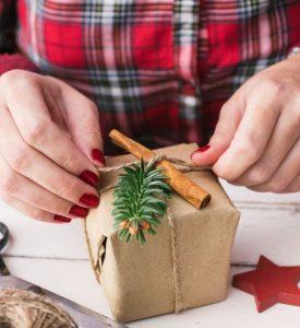 pacchetti-regalo-originali-profumati-con-bastoncini-cannella
